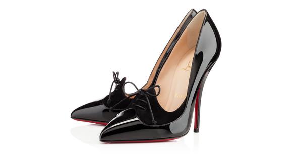 Formvollendung in Perfektion! Die schlanken Beine Ihres bildhübschen Escort Girls in den exklusiven High Heels von Christian Louboutin.