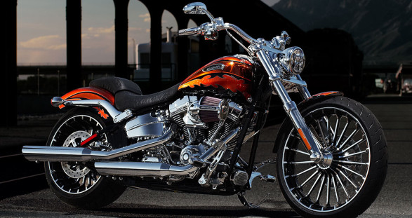 Die einzige Art und Weise, die CVO Breakout von Harley Davidson zu veredeln, ist mit Ihrem VIP Escort Girl als Sozius.