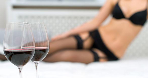Escort Girl beim Wein-Tasting