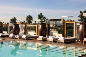 Mit Ihrem heißen Escort Model am Pool des feudalen Luxushotels SLS in Beverly Hills ... was will Mann mehr?