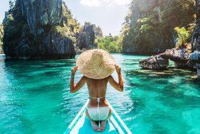 Escort Girl auf einem Boot in Palawan