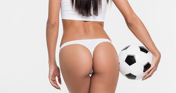 Escort Girl trägt einem Fußball zur WM 2018