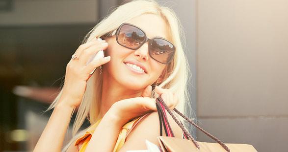 Blondes Escort beim Shoppen in München