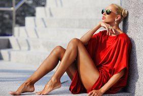 Blondes Escort sonnt sich am Pool auf Bonifacio