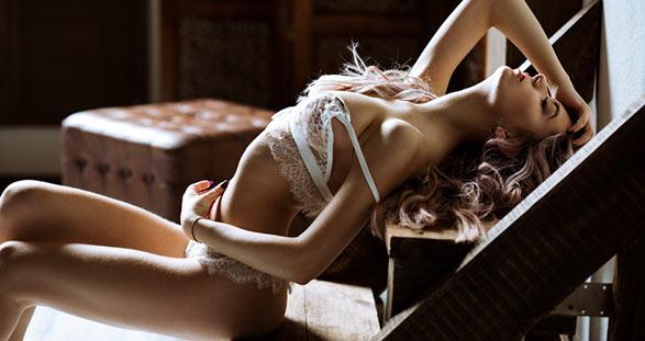Sexy Escort Rom in weißen Höschen und BH