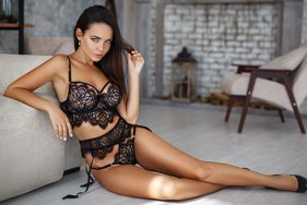 Escort Girl in Dessous im Hotel in Verbier