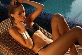 Escort Girl entspannend sich am Pool auf der Seabourn