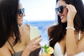 Zwei Escort Girls auf der Nikki Beach Opening-Party