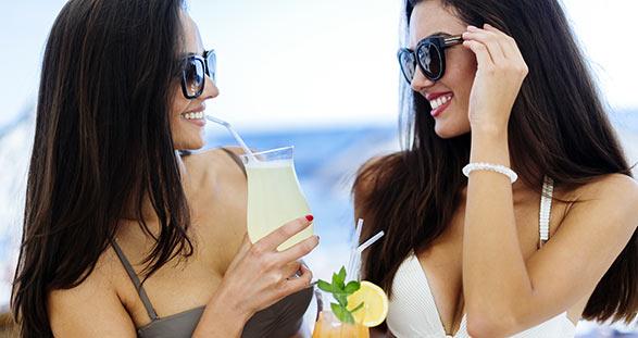Zwei Escort Girls auf der Nikki Beach Opening-Party