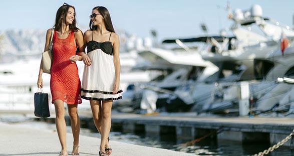 Zwei Escort Ladies im Hafen von Dubrovnik