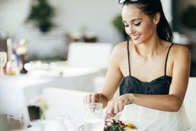 Escort genießt die französisch-mediterrane Küche im Pearl Beach Club
